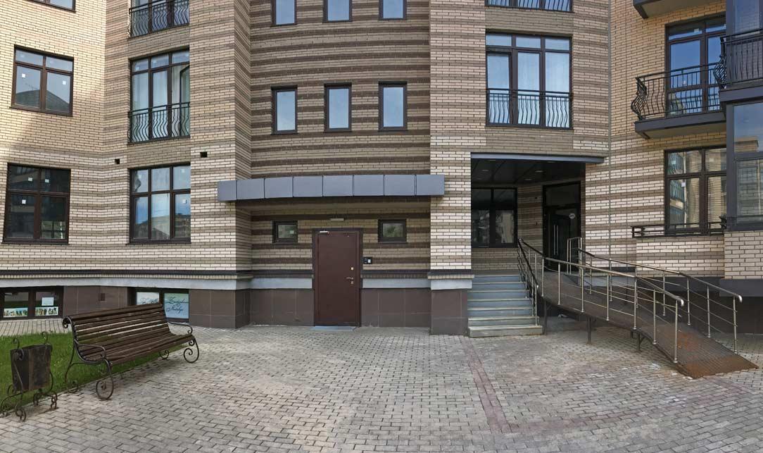 Подъезд дома 5, Троицкий бульвар, микрорайон ЖК Солнечный